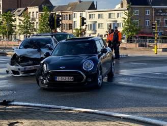 Auto's botsen tegen elkaar op kruispunt