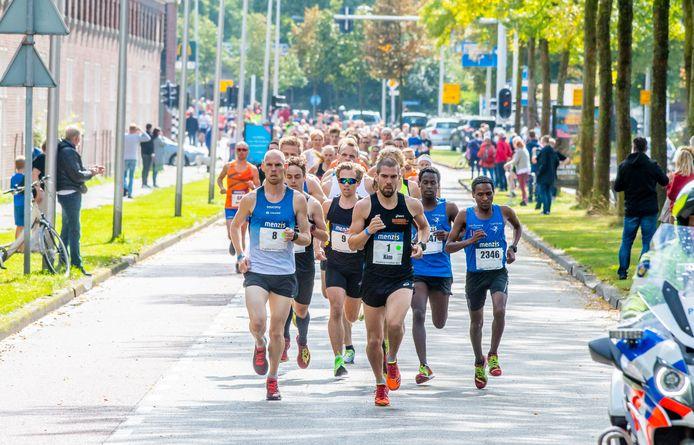 De wedstrijdlopers mogen wel tegelijk van start, de rest van de deelnemers aan de Singelloop in Enschede wordt gevraagd om afstand te houden.