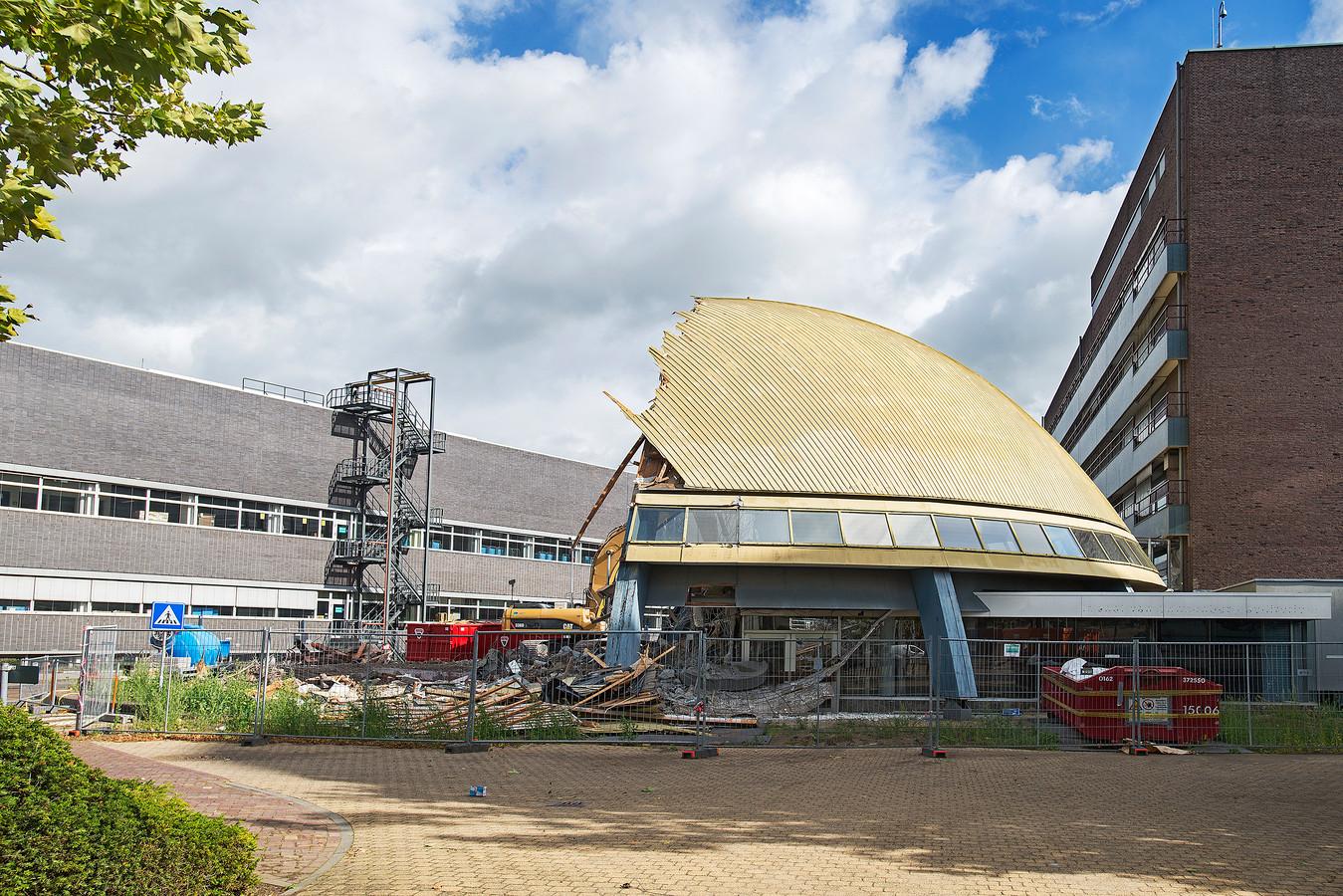 Het 'goudgekoepelde' auditorium van Organon, gebouwd in 1973/76, tijdens de sloop in 2017.