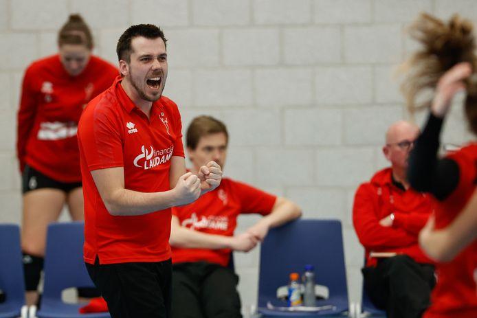 Trainer Ivo Munter staat met de volleybalsters van Laudame Financials/VCN in de bekerfinale.