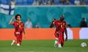 Belgische spelers knielen voor de wedstrijd.