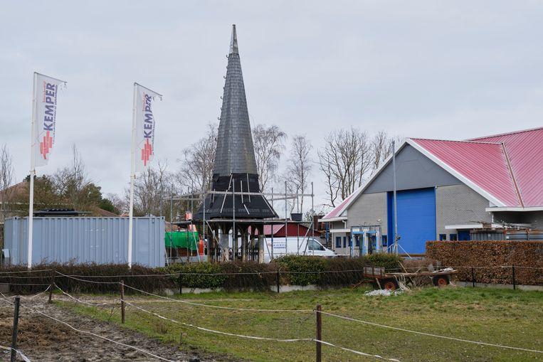 Bij bouwbedrijf Kemper in Oldeholtpade staat de 'nieuwe' toren van de kerk van Vinkega.  die het al lange tijd zonder torenspits moet doen.  Beeld  Sjaak Verboom