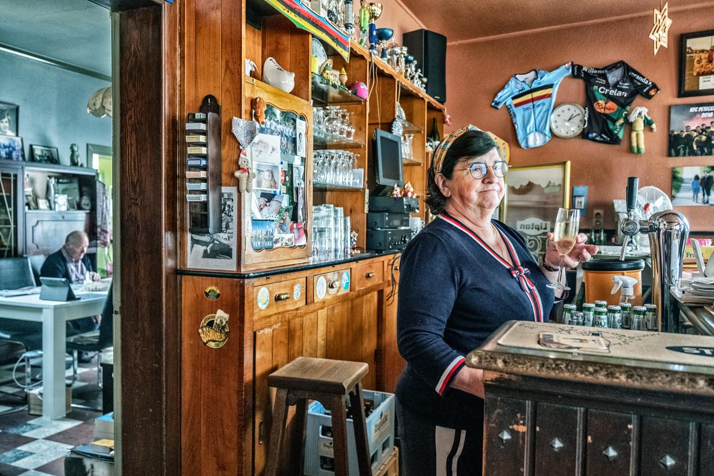 Magda Desmet, uitbaatster van café Oud Gemeentehuis in Wortegem-Petegem: 'Mijn vaste klanten zijn mensen die graag binnen zitten.'  Beeld Tim Dirven