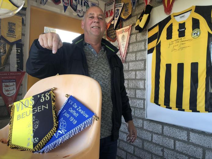 Anton Robben van VIOS'38 wijst naar het gestolen tribunestoeltje van De Zwaluw.
