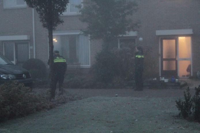 De politie bij de woning waar de overval heeft plaatsgevonden. Foto: News United / Alfred Ruitenga