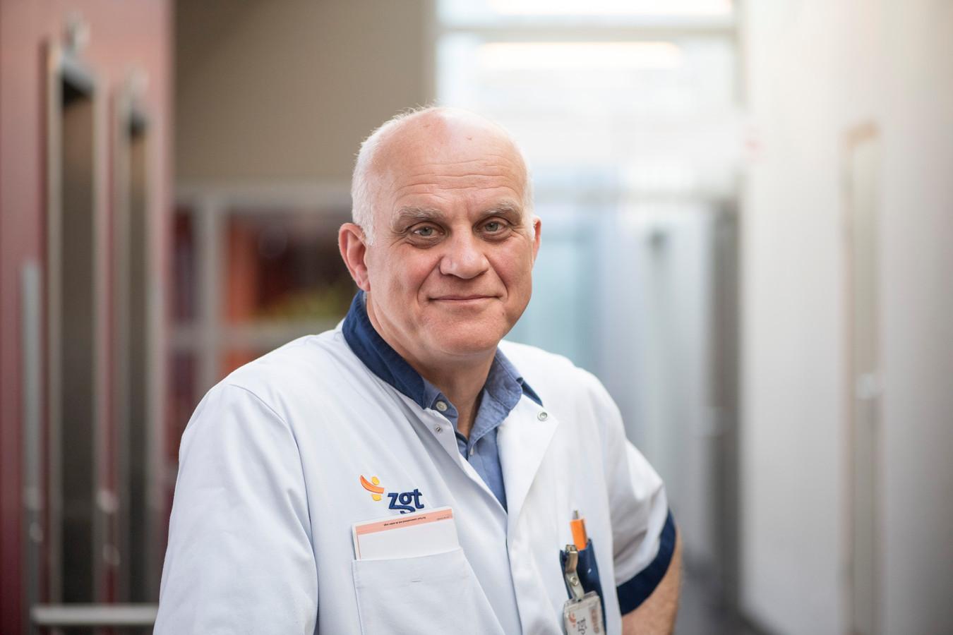 Dokter Cees Haagsma  werkt even niet als reumatoloog binnen ZGT, maar regelt dat collega-artsen worden ingeschakeld voor de coronazorg.