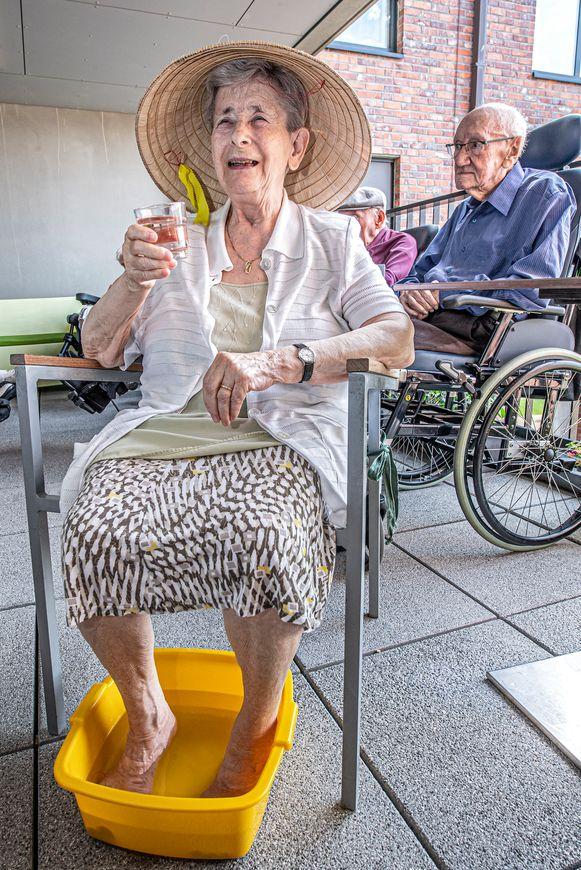 Met de voeten in het water, een verfrissend drankje en een hoed als bescherming tegen de zon!