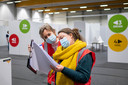PUURS-SINT-AMANDS Het vaccinatiecentrum in sport- en evenementenhal Binder - Dokter Ann-Marie Morel bekijkt mee de planning.