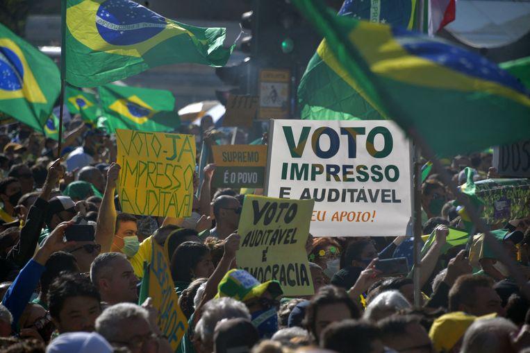 Brazilianen komen op straat om te pleiten voor het gedrukte stembiljet. Beeld AFP