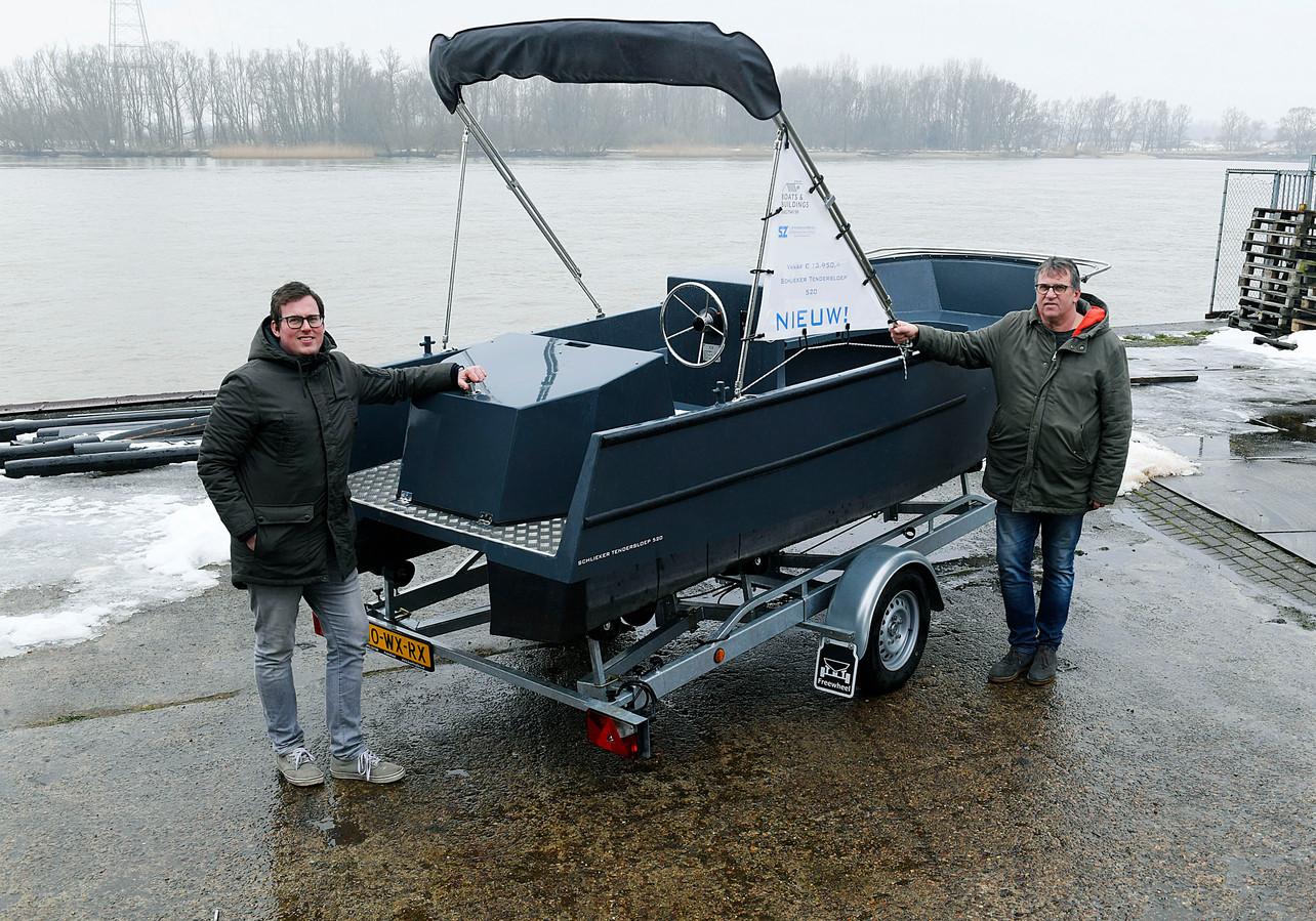 Hans (33, links) en Rene Schlieker (59) runnen samen het familiebedrijf J. Schlieker & Zonen in Dordrecht. Normaal gesproken bouwen ze sleepboten en onderdelen voor baggerschepen en luxe superjachten. In crisistijd bedachten ze echter iets nieuws: een tendersloep.