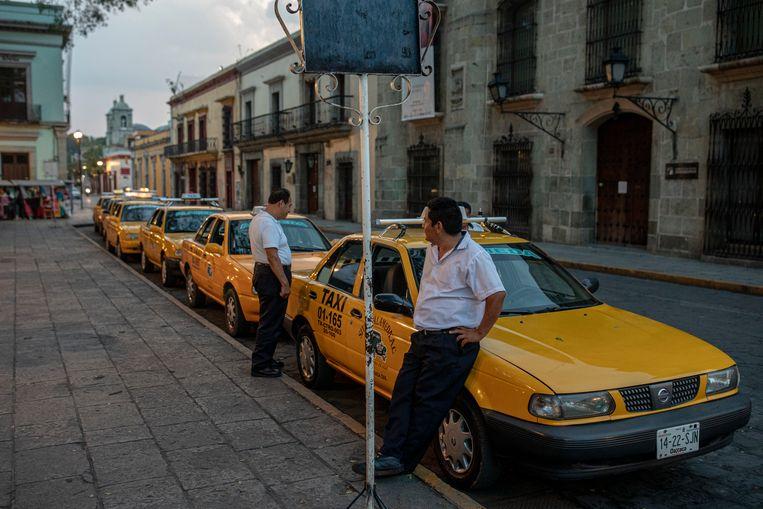 Het is druk bij de taxistandplaats, maar alleen omdat chauffeurs er op klanten staan te wachten. Beeld Alejandro Cegarra