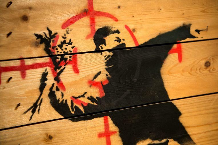 Het werk 'Flower thrower' van Banksy Beeld anp