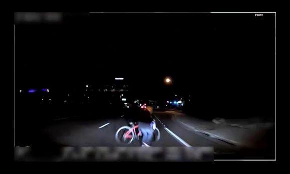 Op de dashcamvideo is te zien hoe slachtoffer Elaine Herzberg met haar fiets de onverlichte weg oversteekt.