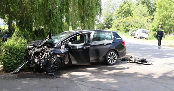 Auto's volledig in puin, bestuurders naar ziekenhuis na aanrijding in buitengebied van Tollebeek.