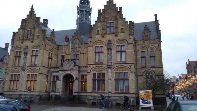 Het gerechtsgebouw op de Grote Markt, waar het politieparket is ondergebracht. Daar werkt de ex-echtgenote van de vijftiger als bediende.