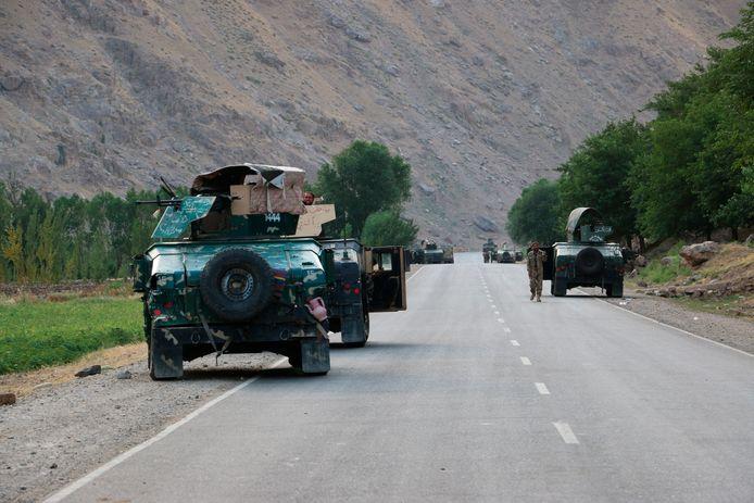 Afghaanse soldaten pauzeren op een weg bij de frontlinie van de gevechten tussen Taliban veiligheidstroepen. (AP Photo/Nazim Qasmy)