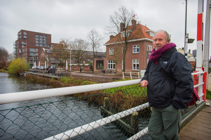 """Ludo Hermans, stedenbouwkundige van de gemeente Tilburg op de brug bij de Hoevenseweg. Op de achtergrond Villa Pastorie, de IJzergieterij en het nieuwe Lourdesplein. ,,Oud en nieuw in nonchalance verenigd."""""""