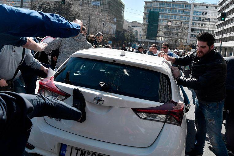 In Athene werden Uberchauffeurs onlangs aangevallen door taxichauffeurs. Beeld AFP