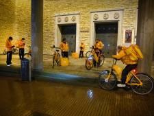 Bijzonder beeld: 'Jong Oranje' van Thuisbezorgd samen onder afdak van Molenstraatkerk