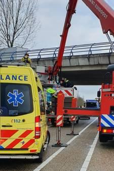 Vrachtwagenchauffeur voorkomt zelfdoding op N279 bij Helmond door wagen precies onder viaduct te rijden
