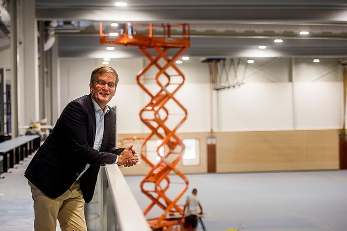 CDA-wethouder Kees Grootswagers vlak voor de oplevering van de nieuwe sporthal De Werft in Kaatsheuvel.