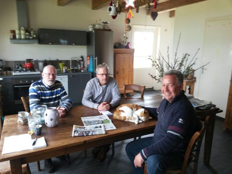 Molenbestuurders Piet en Aart bij Govert thuis aan tafel. Beeld Wendy van der Waal