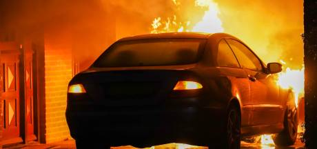 Auto onder carport in vlammen op in Oss