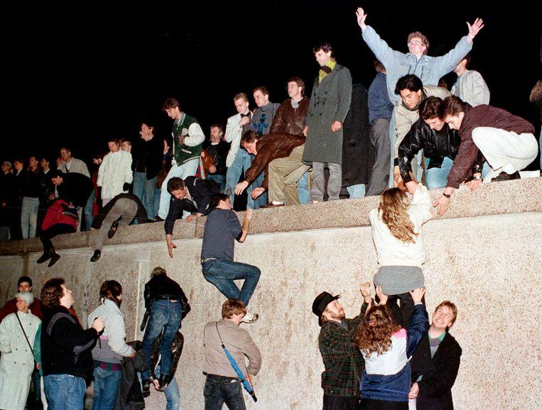 Oost-Duitse burgers vieren de val van de Berlijnse muur.  Beeld REUTERS