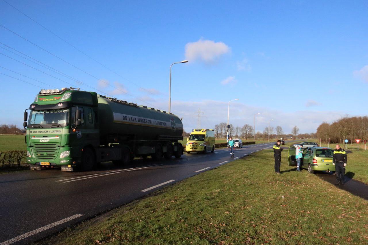 De vrachtwagen tikte de personenauto aan, die daardoor van de weg raakte.