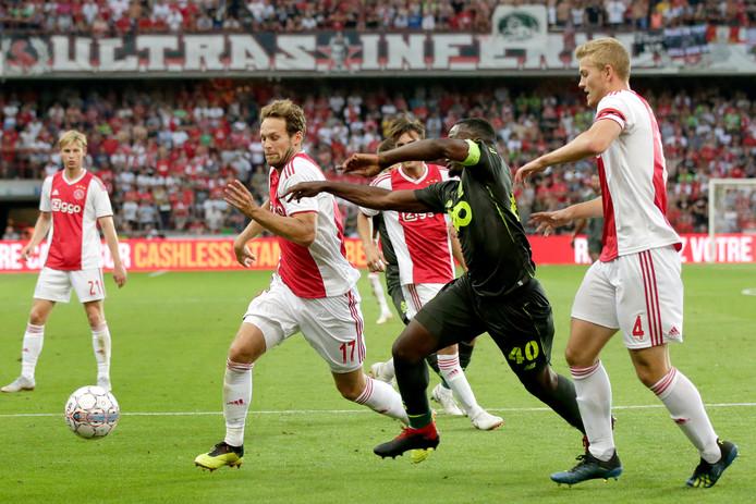 Daley Blind en Matthijs de Ligt in duel met Paul-José M'Poku van Standard Luik op 7 augustus 2018.