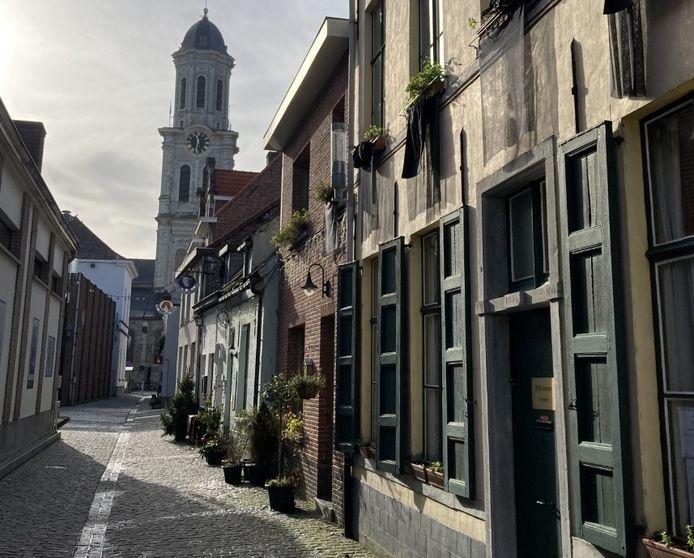 In de Torenstraat hangen zwarte vlaggen uit als protest tegen de bouwplannen die volgens de buren te weinig rekening houden met de omgeving.