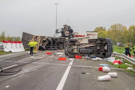 De ravage op de A73 bij Wijchen is enorm, dinsdagochtend. Er zijn twee vrachtwagens, een personenauto en een bestelbusje betrokken bij het dodelijke ongeluk. Een persoon is overleden.