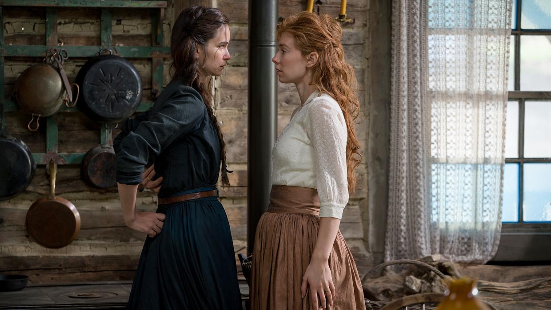 Katherine Waterstone (links) en Vanessa Kirby in 'The World to Come' Beeld
