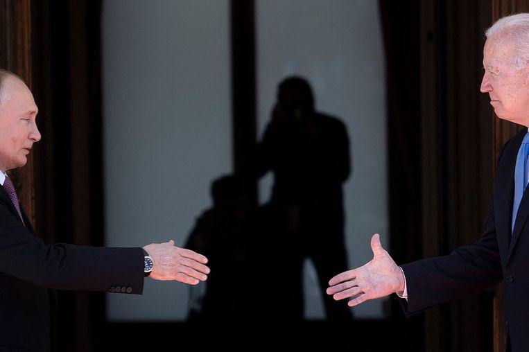 Presidenten Poetin en Biden schudden elkaar de hand voorafgaand aan een top met beide landen. Beeld Brendan Smialowski / AFP