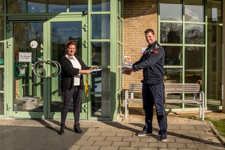 De vriendenkring van de brandweer van Tielt liet zich van de warmste kant zien. In wzc Deken Darras werden zondag zes tablets geleverd.