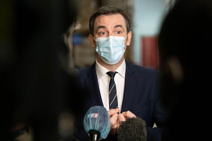 Olivier Véran, ministre français de la Santé, visite une plateforme de distribution pour le vaccin contre le coronavirus (COVID-19) à Chanteloup-en-Brie (Seine-et-Marne), le 22 décembre 2020.