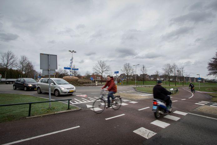 De drukke en onoverzichtelijke verkeerssituatie op de rotonde Helmkruidlaan-Baron van Sternbachlaan-Collenstaartweg.