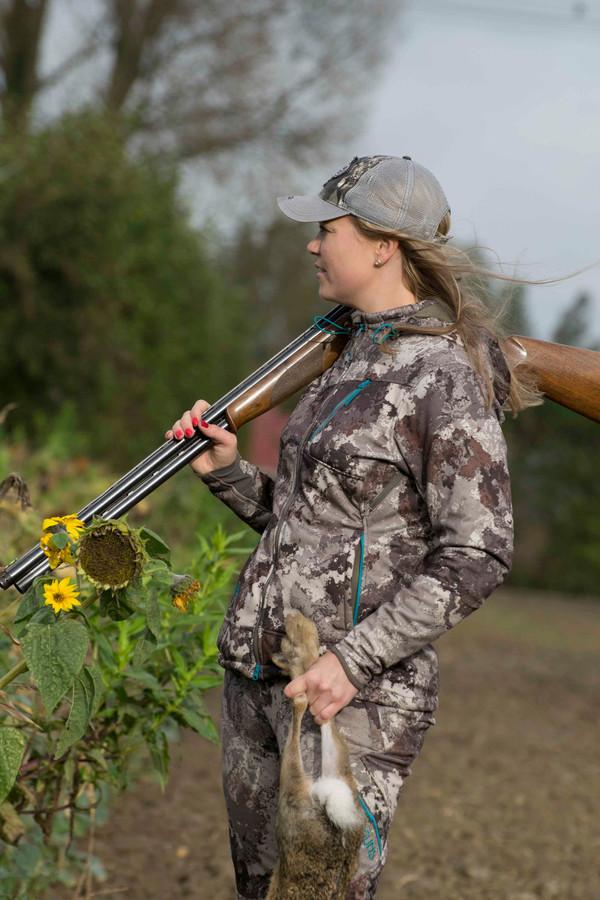 Willebrordse jager Debby Smit heeft haar eigen kledinglijn: Girls with guns. FOTO DENISE ABBAS