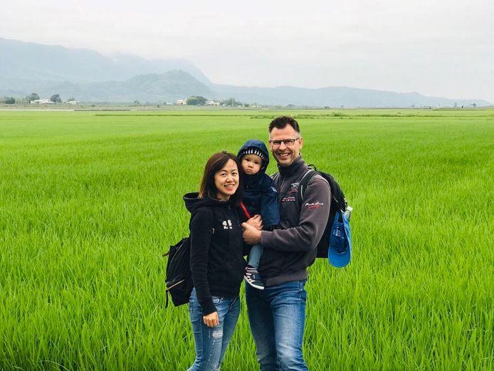 Tom Eertman met zijn gezin, op reis in oostelijk Taiwan.