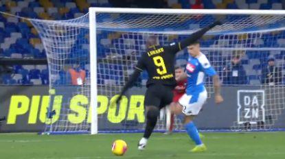 Een heerlijke ren en een pijnlijke flater: bekijk hier de goals van Lukaku tegen Napoli