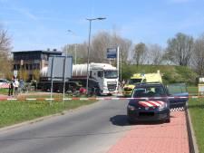 Vrachtwagen schept jongen op rotonde in Barneveld