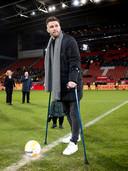 Leon de kogel verricht de aftrap voorafgaand aan de voor hem georganiseerd benefietwedstrijd tussen FC Utrecht - Go Ahead Eagles.