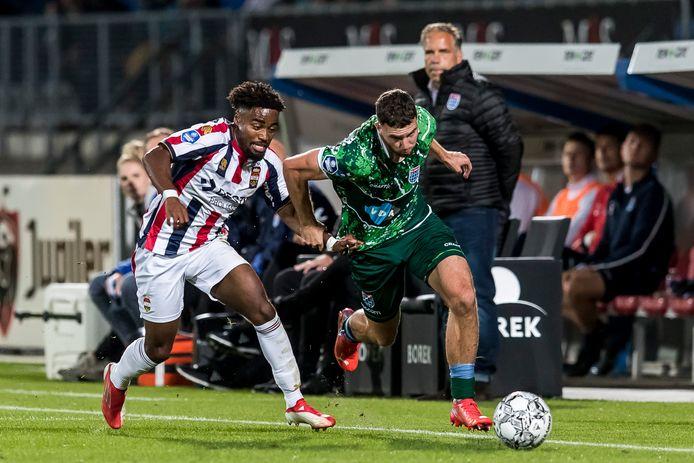 Ché Nunnely (l) namens Willem II in duel met PEC Zwolle-speler Mees de Wit.