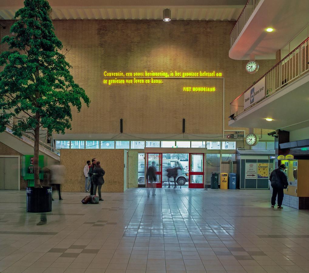 De tekst van Mondriaan in gele neonletters in het Eindhovense station