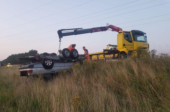 Het voertuig belandde in de berm.