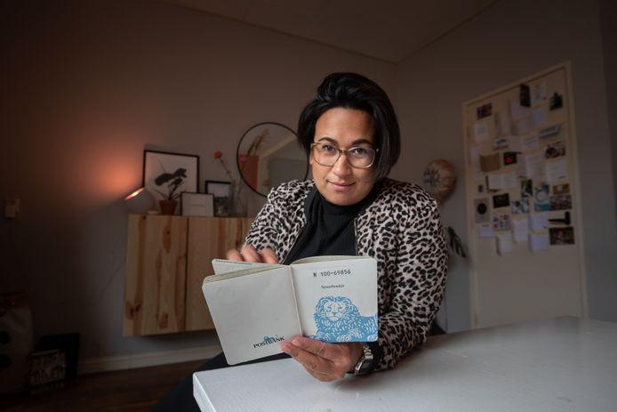 De zwangere Marlijn Salakay uit Kampen kreeg een spaarboekje van de Postbank in handen waarmee haar opa en oma altijd voor haar hebben gespaard. Nu blijkt ze het ook nog te kunnen verzilveren via de ING. Van het geld koopt ze iets voor haar toekomstige kind.