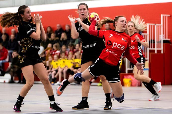 De eredivisie handbalsters van Kwiek mogen weer trainen in de zaal.