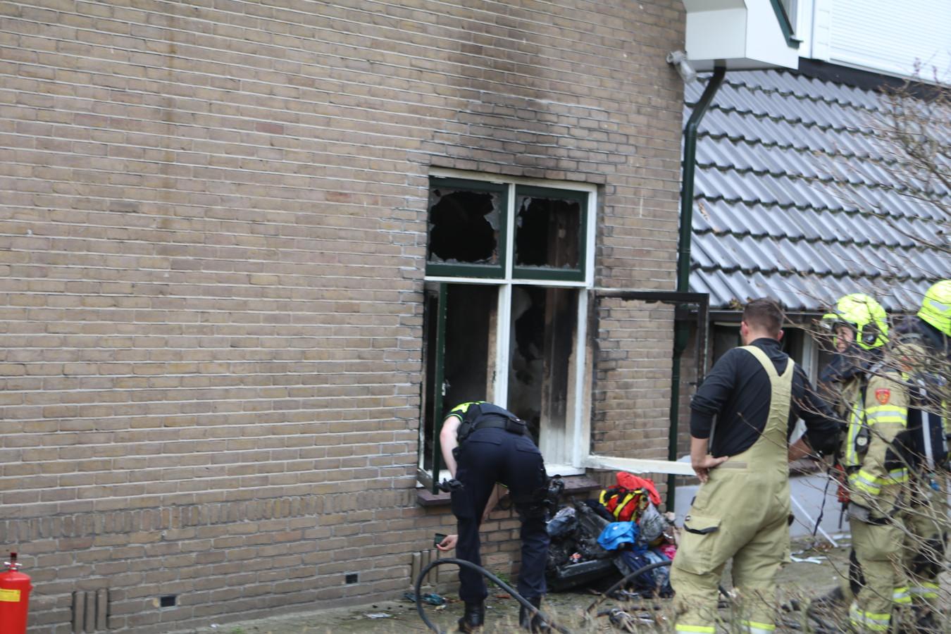 De brandweer heeft het vuur in de slaapkamer geblust.