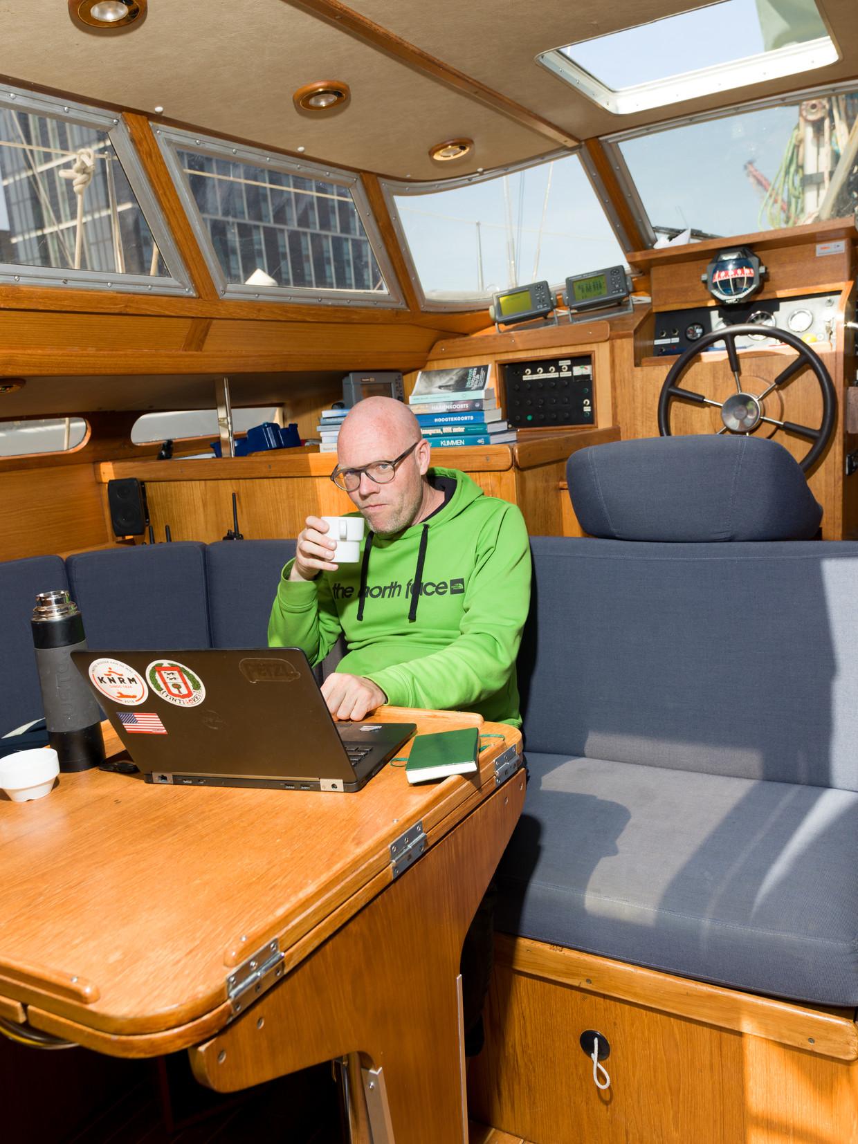 Toine Heijmans is een Nederlandse schrijver, journalist en columnist. Toine op zijn boot op IJburg die hij ook gebruikt als schrijfkamer. Beeld Ivo van der Bent