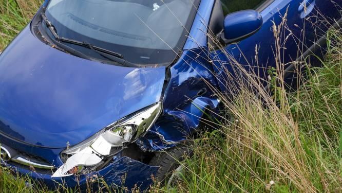 Opnieuw ongeval op berucht kruispunt in Oss, vrouw belandt met auto in greppel